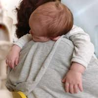 Wenn dein Baby durchschlafen neu lernen muss - Das Baby nachts in den Schlaf tragen